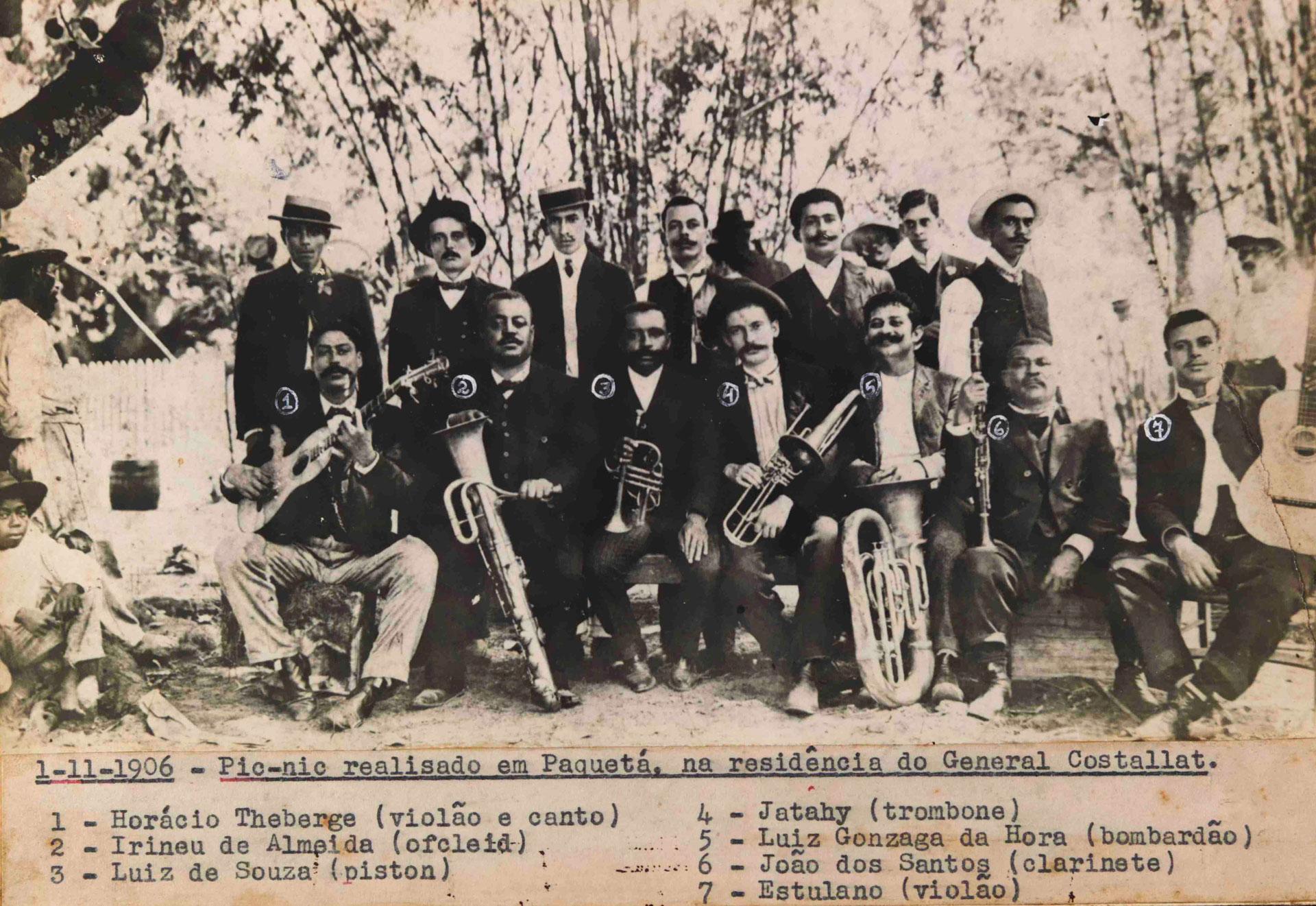 Grupo de chorões. Piquenique na residência do General Costallat, em Paquetá, Rio de Janeiro, 1º/11/1906 (MIS_JBandolim_002 / Acervo Jacob do Bandolim / MIS-RJ)