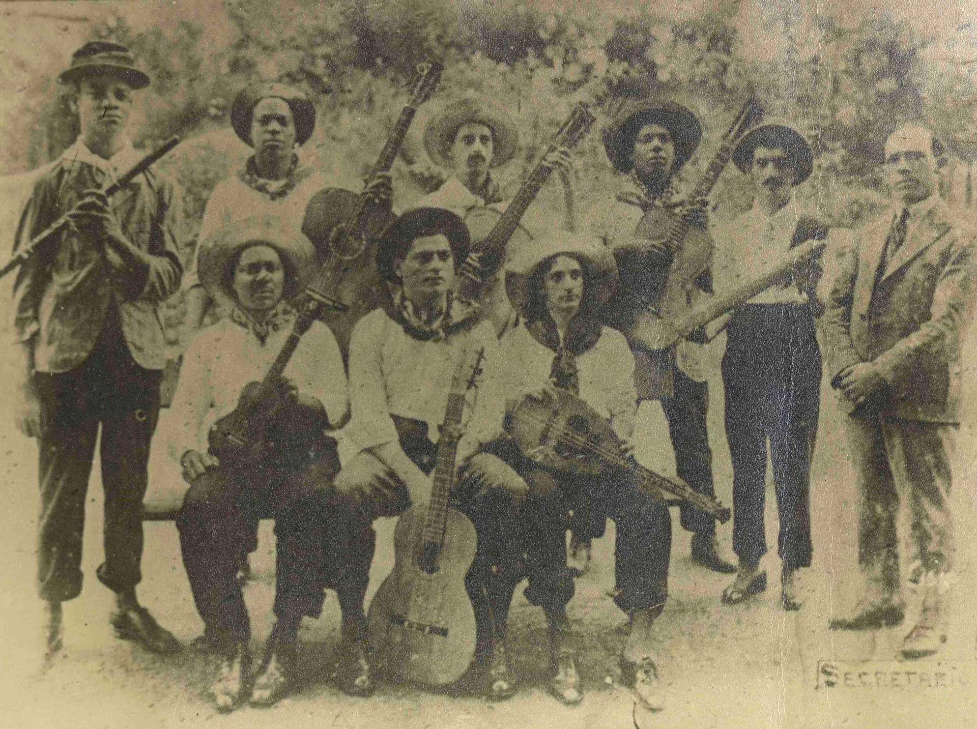 Os Oito Batutas. Em pé: Pixinguinha (flauta), Donga (violão), Raul Palmieri (violão), China (violão), Jacob Palmieri (ganzá) e José Alves. Sentados: Nelson Alves (cavaquinho), João Pernambuco (violão) e Luiz de Oliveira (bandola). (MIS_SCabral_103894 / Acervo Sérgio Cabral / MIS-RJ)