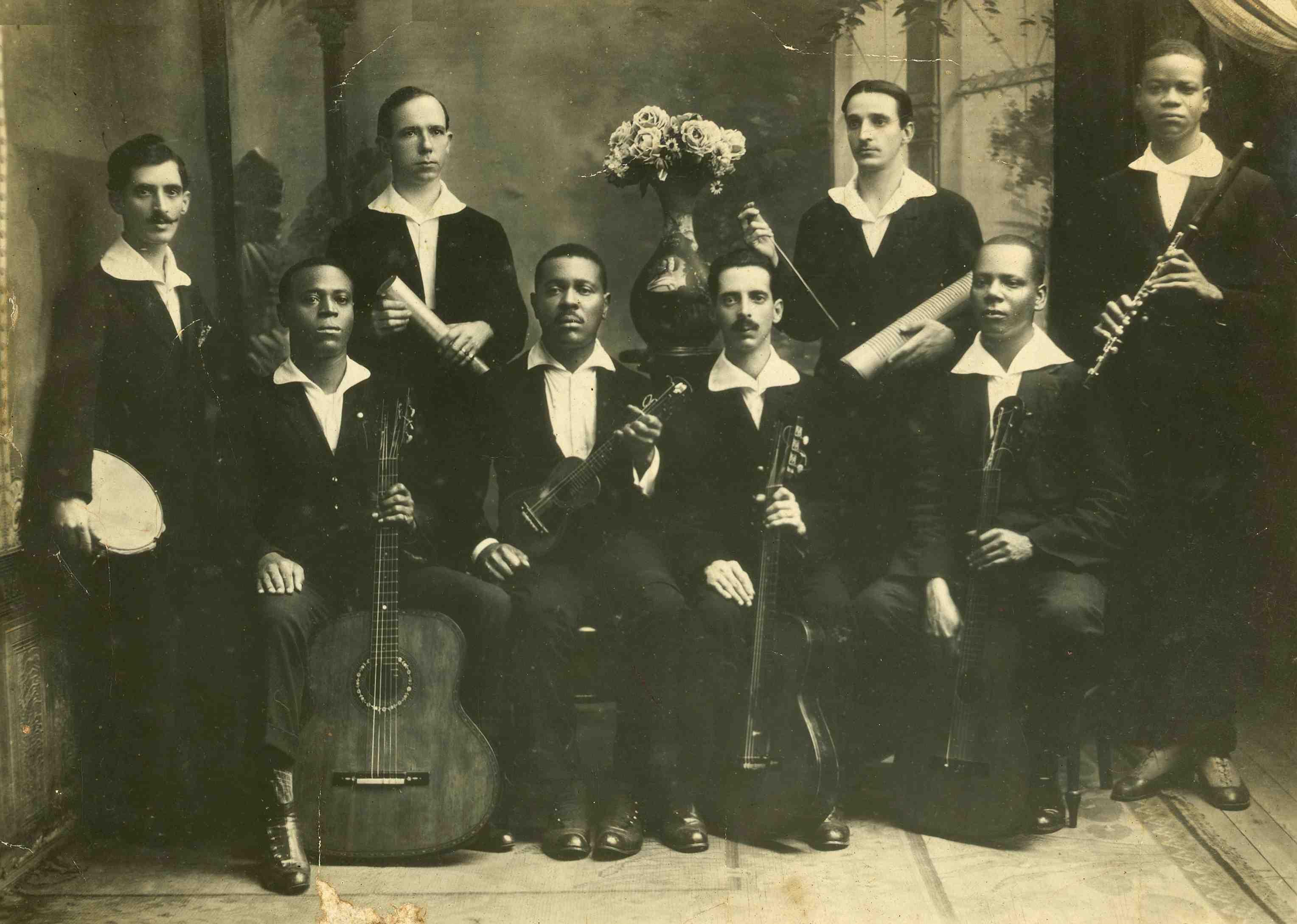 Os Oito Batutas: Jacob Palmieri (pandeiro), Donga (violão), José Alves (ganzá), Nelson Alves (cavaquinho), Raul Palmieri (violão), Luiz de Oliveira (reco-reco), China (violão) e Pixinguinha (flauta). 1919 (IMS_JRT_pixinguinha001 / Acervo Tinhorão / IMS)