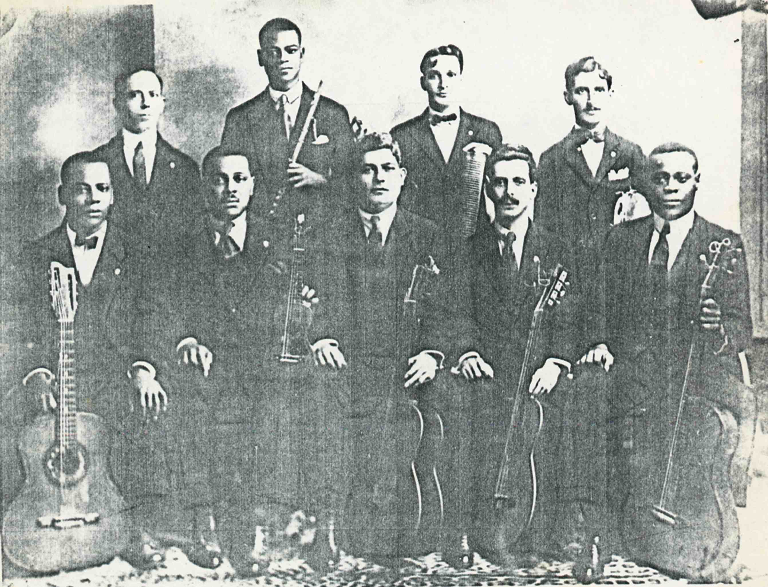 Os Oito Batutas. Em pé: José Alves, Pixinguinha (flauta), Luiz de Oliveira (reco-reco) e Jacob Palmieri (pandeiro). Sentados: China (violão), Nelson Alves (cavaquinho), João Pernambuco (violão), Raul Palmieri (violão) e Donga (violão). 1920 (IMS_JRT_pixinguinha86 / Acervo Tinhorão / IMS)