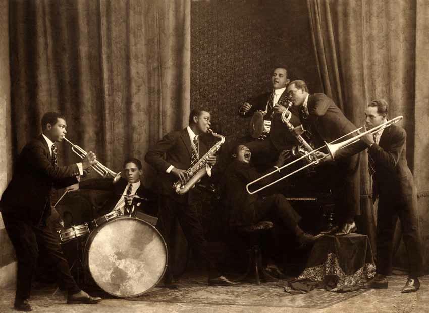 Os Batutas: Sebastião Cirino (trompete), Euclides Virgolino (bateria), Pixinguinha (saxofone), Fausto Mozart Corrêa (piano), José Monteiro (banjo), J. B. Paraíso (saxofone) e Esmerino Cardoso (trombone de vara). 1923 circa (IMS_PIX_A02F02P02 / Acervo Pixinguinha / IMS)