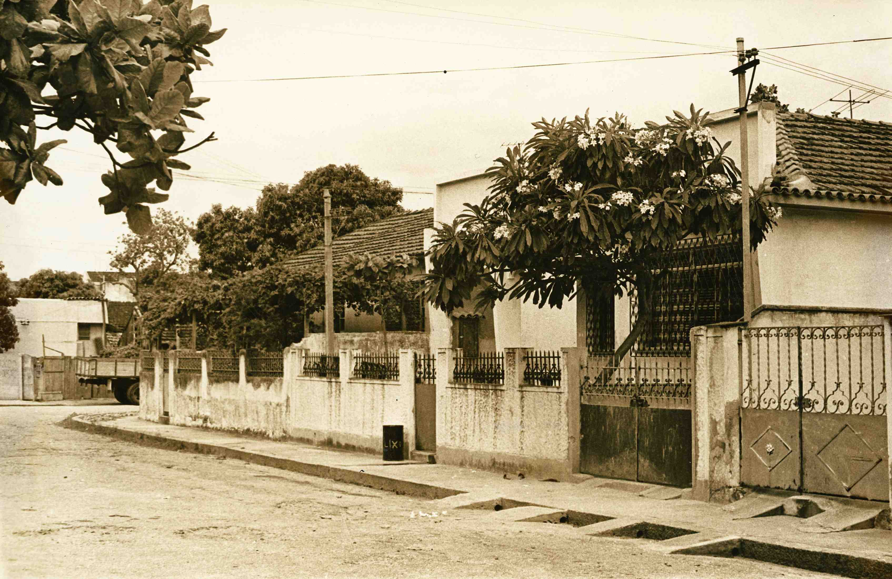 Fachada da casa de Pixinguinha. Rua Pixinguinha, Ramos, Rio de Janeiro (IMS_JRT_pixinguinha030 / Acervo Tinhorão / IMS)