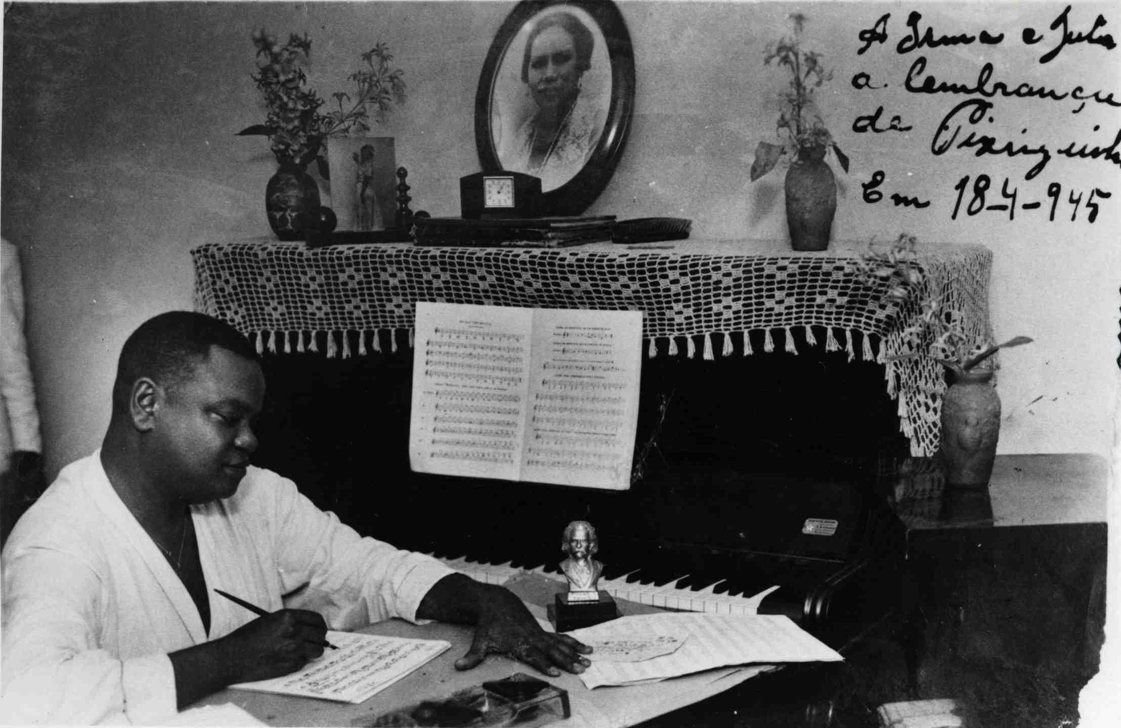 Pixinguinha trabalhando em casa. Foto autografada com dedicatória para Irma e Julia datada de 18/04/1945. Rio de Janeiro (IMS_PIX_A04F45P11 / Acervo Pixinguinha / IMS)