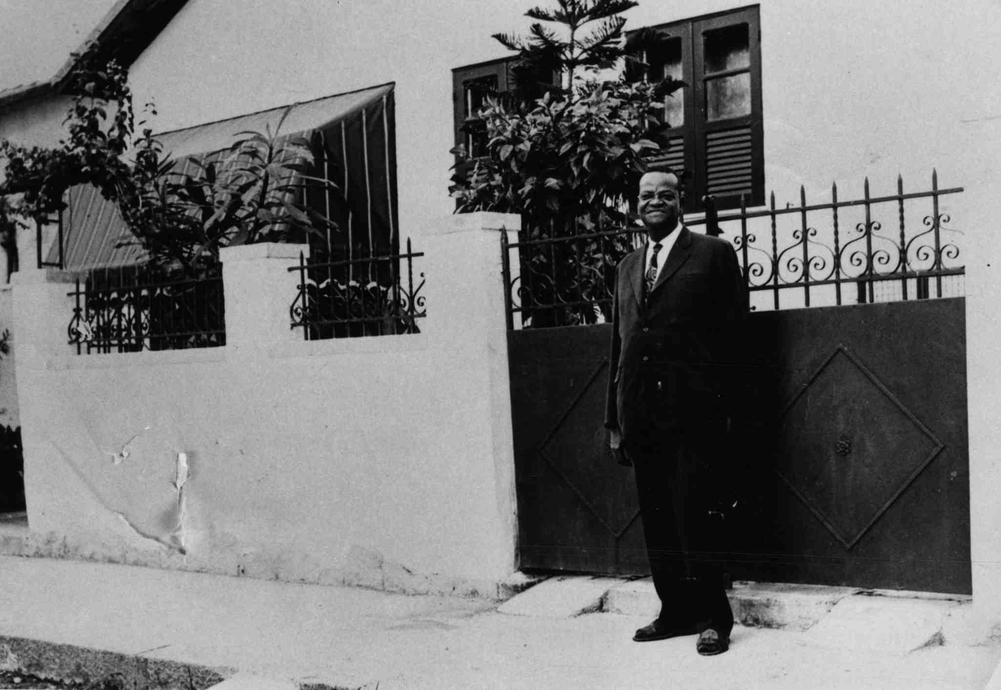 Pixinguinha no portão de casa. Rua Pixinguinha, Ramos, Rio de Janeiro, 1968 circa (IMS_PIX_A04F46P11 / Acervo Pixinguinha / IMS)