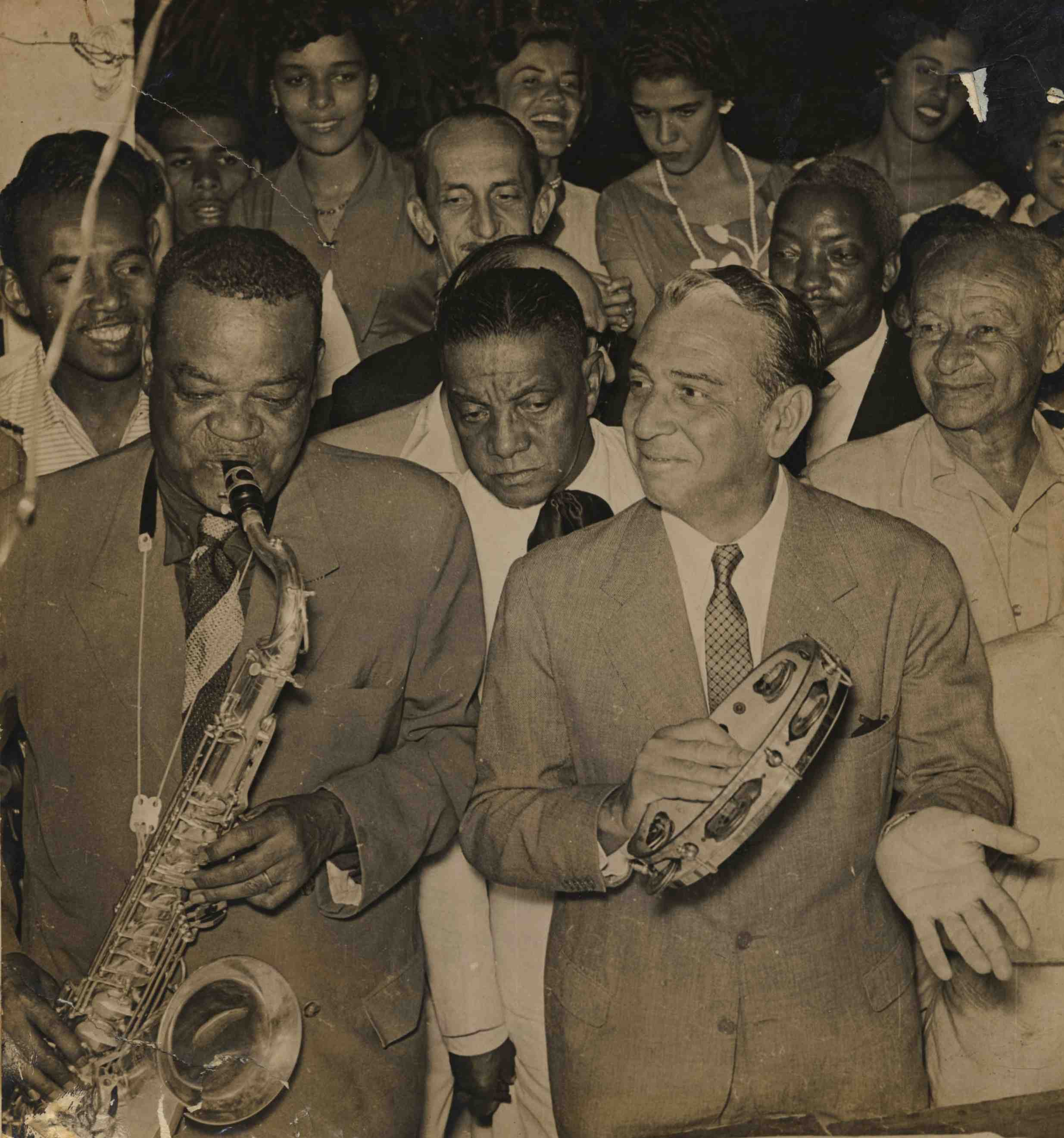 Em primeiro plano: Pixinguinha, João da Bahiana e o prefeito do Rio de Janeiro, Negrão de Lima, na inauguração da Rua Pixinguinha em Ramos. 30/05/1956 (IMS_PIX_A01F53P13 / Acervo Pixinguinha / IMS)