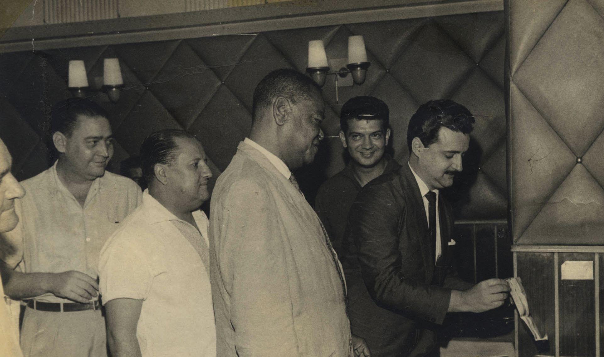 Pixinguinha, ao centro, na inauguração de sua cadeira cativa no Bar Gouveia, após dez anos como frequentador assíduo. Rio de Janeiro, março de 1963 (IMS_PIX_A06F03P02 / Acervo Pixinguinha / IMS)