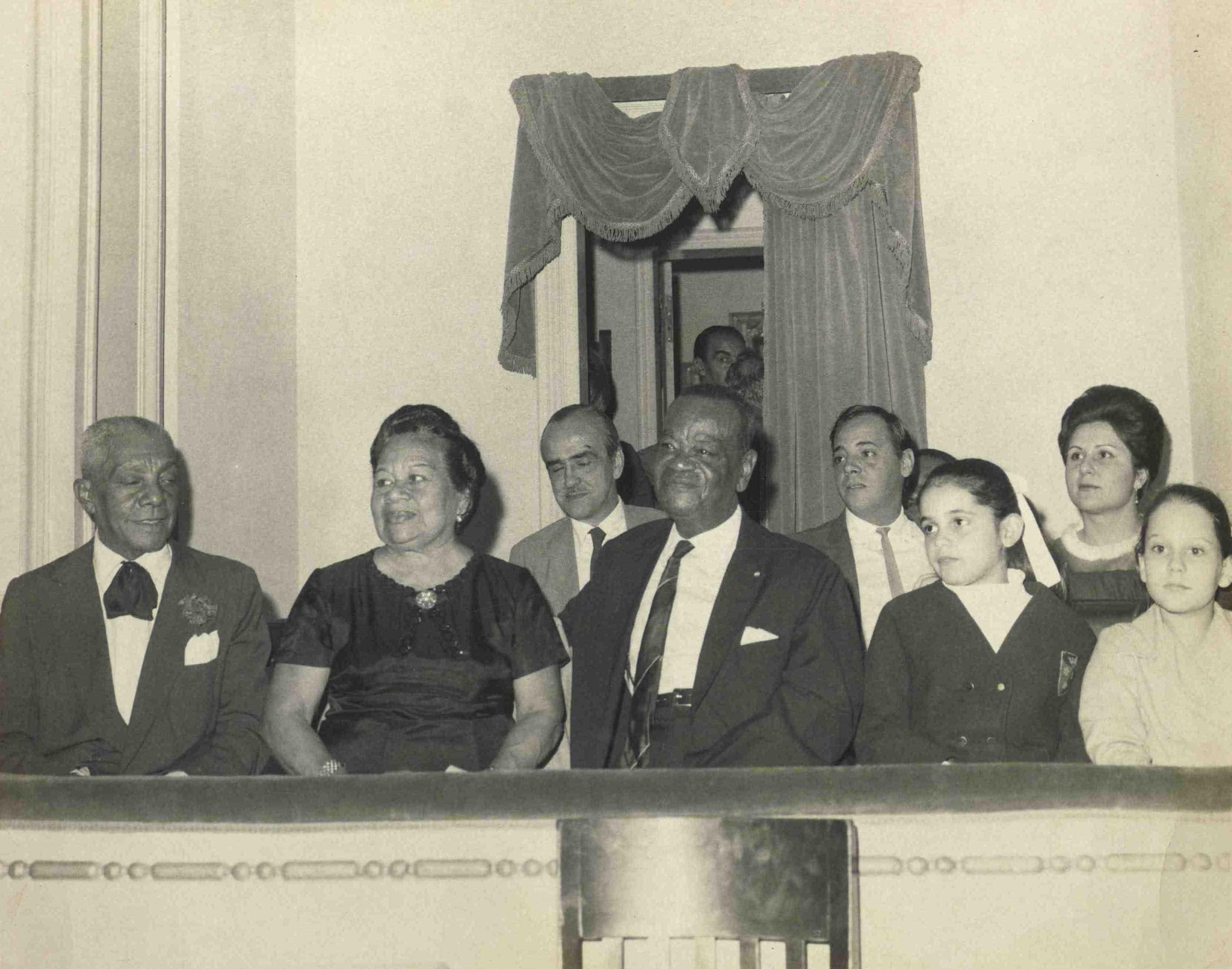 """Show """"Pixinguinha 70"""", em comemoração aos 70 anos (na verdade, 71) de Pixinguinha. Na frisa estão João da Bahiana, Betty, Lúcio Rangel, Pixinguinha, Alfredinho e pessoas não identificadas. Theatro Municipal do Rio de Janeiro, 18/05/1968 (MIS_Alm_116770 / Acervo Almirante / MIS-RJ)"""