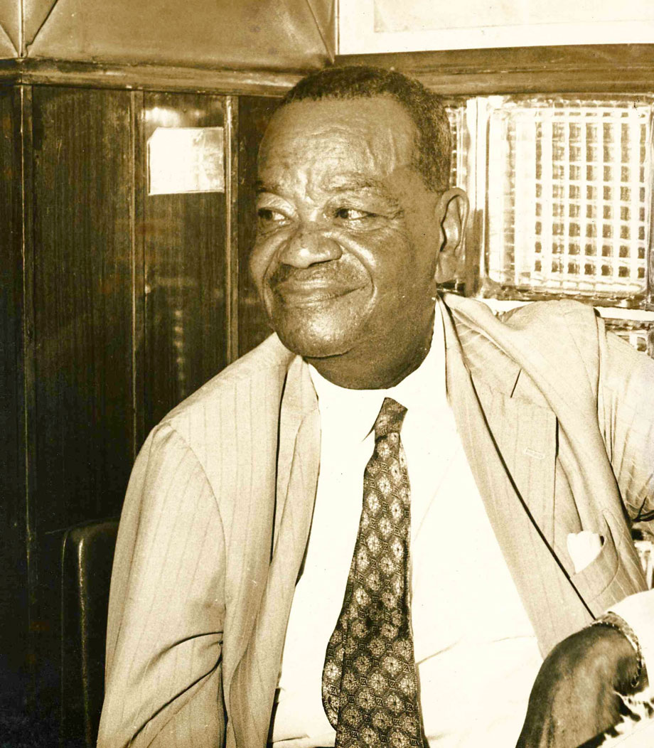 Pixinguinha em sua cadeira cativa no Bar Gouveia, concedida a ele em março de 1963 (após dez anos como frequentador assíduo). Rio de Janeiro (IMS_JRT_pixinguinha043 / Acervo Tinhorão / IMS)