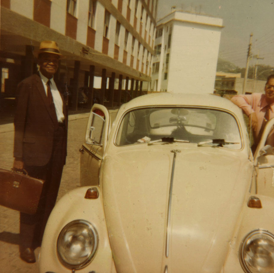 Pixinguinha e Alfredinho no Conjunto dos Músicos. Inhaúma, Rio de Janeiro, dezembro de 1972 (IMS_PIX_A05F19P06 / Acervo Pixinguinha / IMS)